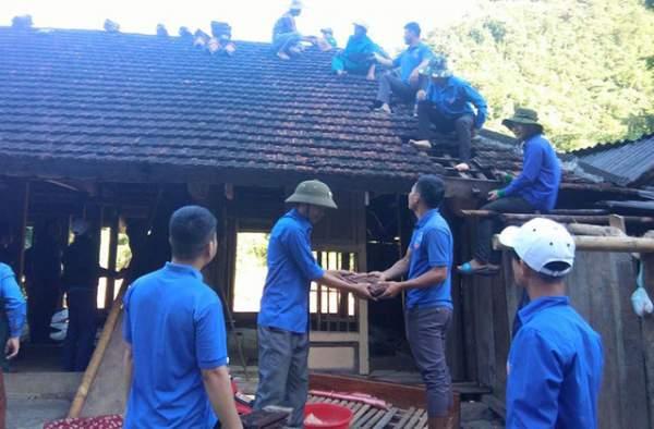 Giúp dân khắc phục mưa lũ của huyện đoàn Nghệ An