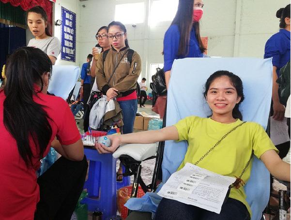 Nữ sinh hào hứng khi tham gia hiến máu tình nguyện