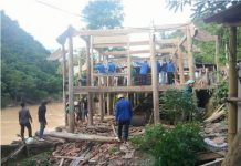 Thanh niên tình nguyện giúp dân khắc phục mưa lũ