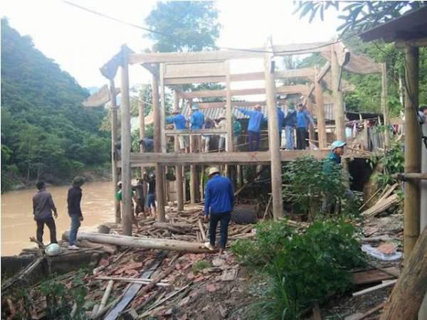 Thanh niên tình nguyện giúp bà con khắc phụ nhà cửa