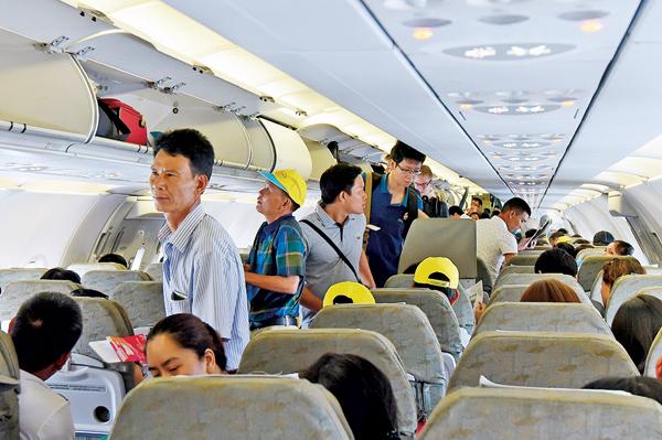Giá vé máy bay đột ngột tăng cao kế hoạch tết đoàn viên bị lỡ dở