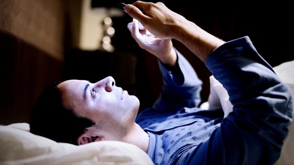 Sử dụng điện thoại trước khi ngủ thói quen gây hại đến sức khỏe của bạn