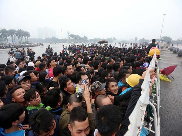 Biển người chen lấn mua vé xem trực tiếp AFF Cup 2018