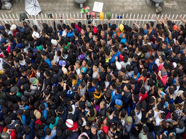 Hàng nghìn người chen lấn mua vé xem trận trực tiếp Việt Nam - Malaysia