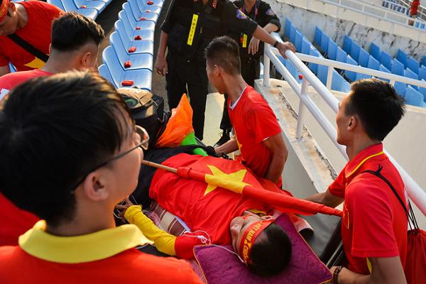 Cổ động viên nằm xe lăn cổ vũ đội tuyển Việt Nam