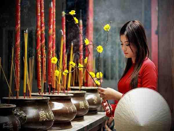 Ngủ mơ đi chùa thắp hương là điềm báo gì?