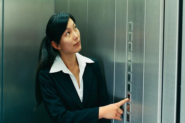 Singapore: Sàm sỡ phụ nữ trong thang máy bị xử trí nghiêm